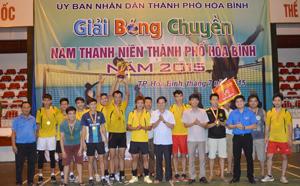 BTC trao cup vô địch cho đội bóng chuyền nam xã Yên Mông.